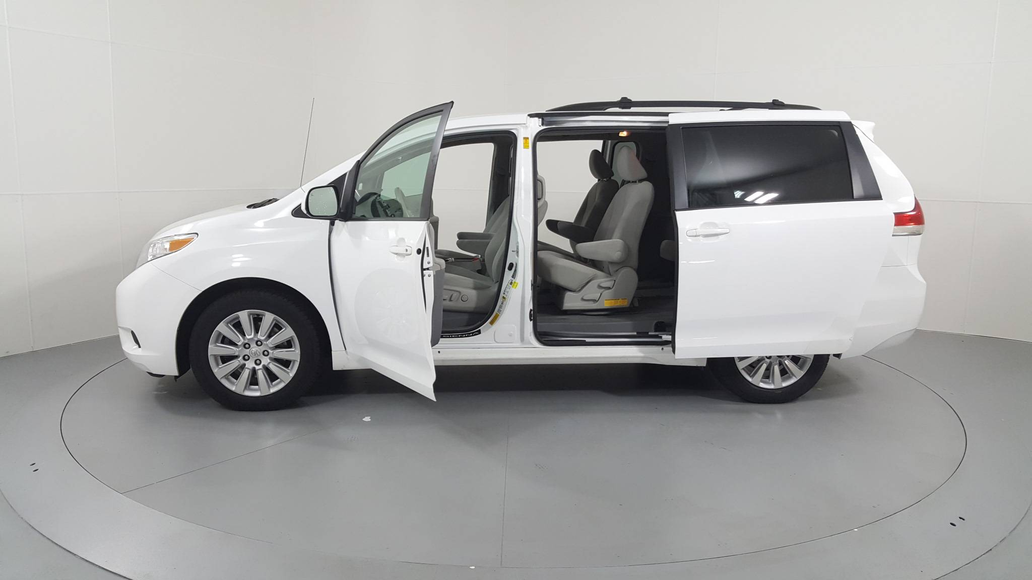 Pre-Owned 2014 Toyota Sienna LE